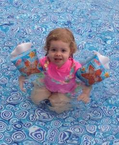 bebé en piscina